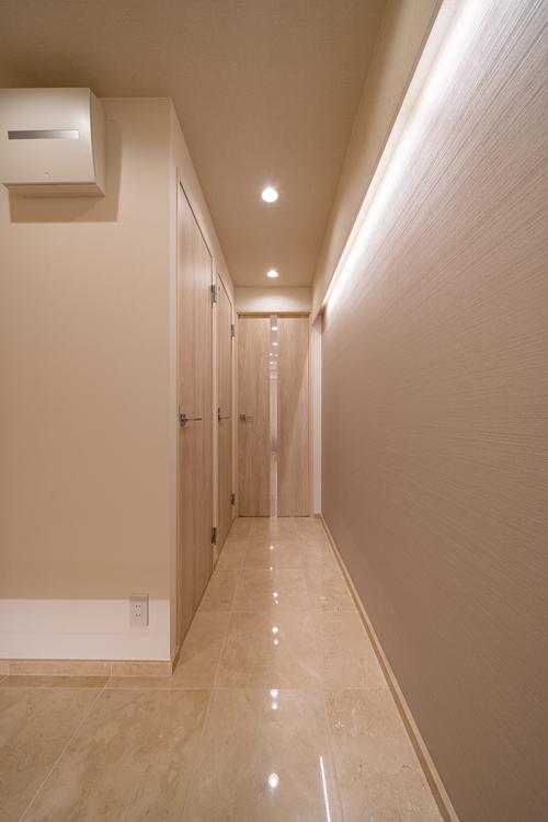 床材や壁紙、ドアノブなどお洒落で高級感溢れる玄関廊下になっております。