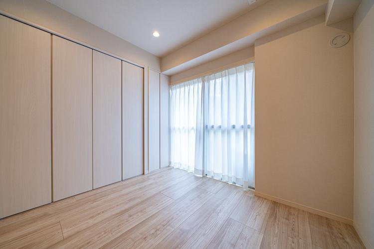 大きな窓からたっぷりと陽射しが注がれる明るい空間。