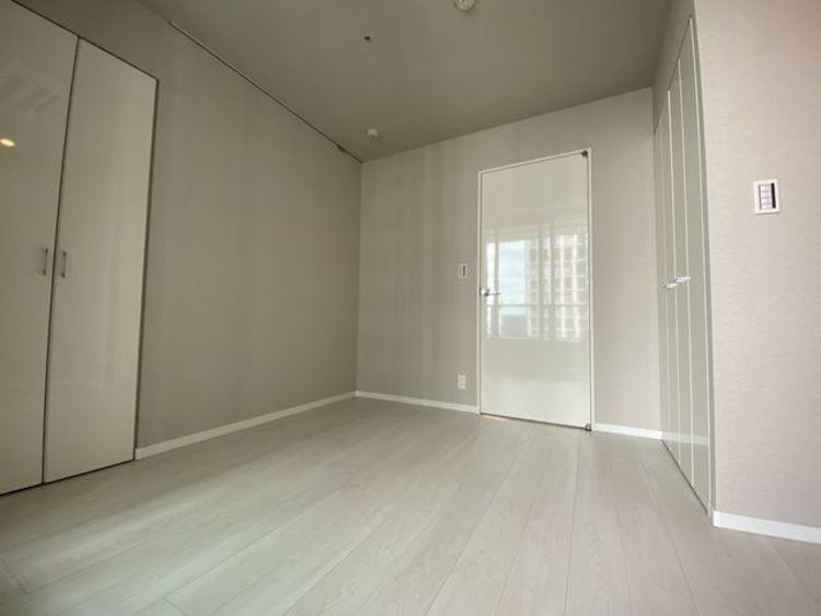 明るい色味の床は、部屋を明るく清潔な印象に見せる効果があります。圧迫感が少ないので、お部屋をゆったりと感じる事ができます。