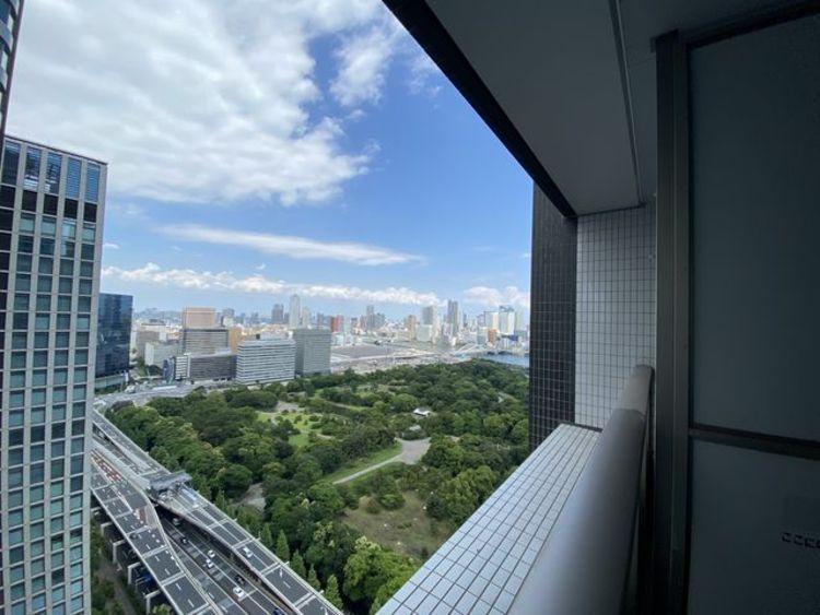 都会らしいは眺望、都会ならでは景色があります。時の経過とともに変わりゆく都市空間の中で、バルコニーからの眺めが住まう方への贈り物となります。