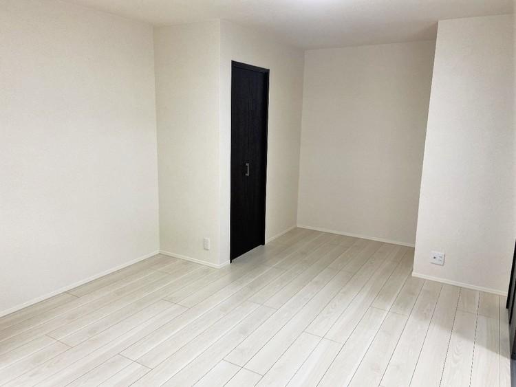 白色を基調とした室内にダークブラウンの建具がラグジュアリーな雰囲気の洋室。