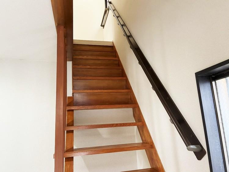 足腰が弱くなっても安心の手摺付の階段。