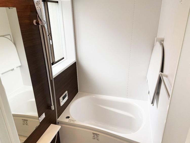 窓付きのため換気しやすく、日差しも取り入れられる浴室。
