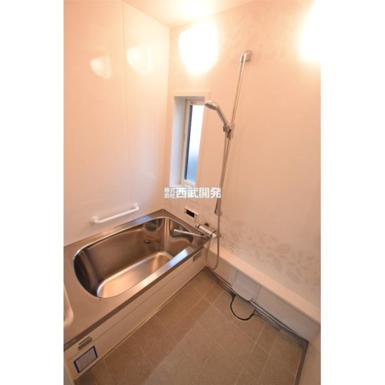 小窓付きで換気ができるバスルーム