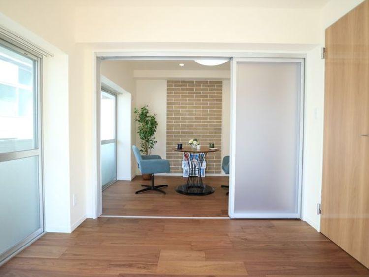 リビングと隣接の洋室はおしゃれな半透明の戸を採用。空間に奥行きが生まれ、美しく開放感のある空間となっています。