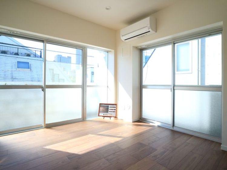 居心地のいい暮らしには欠かせない眩い採光。ゆったりとした幅の窓からこの空間に降り注ぐ採光が絶えない。