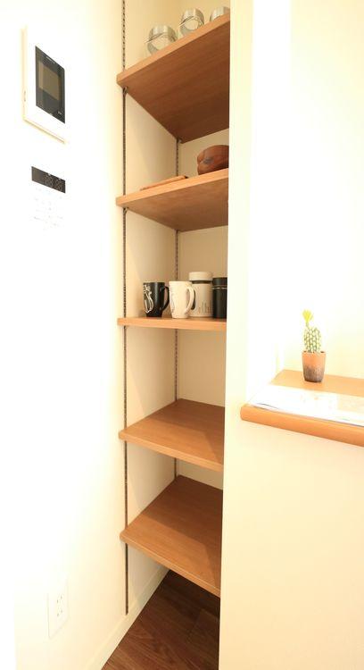 無駄を省き有効に活用した収納スペース。棚も設置して便利な収納に。