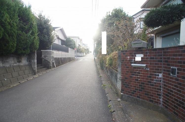 南東側幅員約5mの前面道路です。