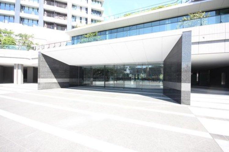 デザイン性が高く、高級感溢れるエントランスは、来訪者を魅了します。曇りなく磨かれているガラス張りのエントランスを見れば、日々の管理が行き届いているかひと目で分かりますね。