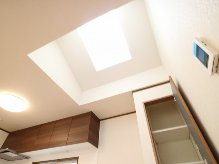 LDKにはトップライトを設置。暗くなりがちな場所も自然の光で部屋を明るくできます。