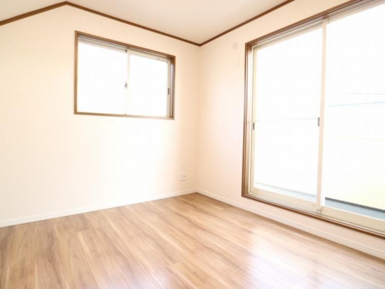 大きな窓からたっぷりと陽光が注がれる明るい空間。家族の成長に対応できる永住仕様の間取り。時を忘れて過ごせるお部屋。