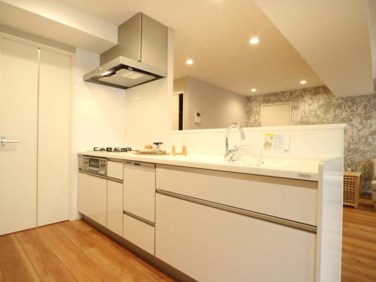 ホワイトを基調とした清潔感のあるキッチン。使い勝手の良いキッチンで効率よくお料理ができます。