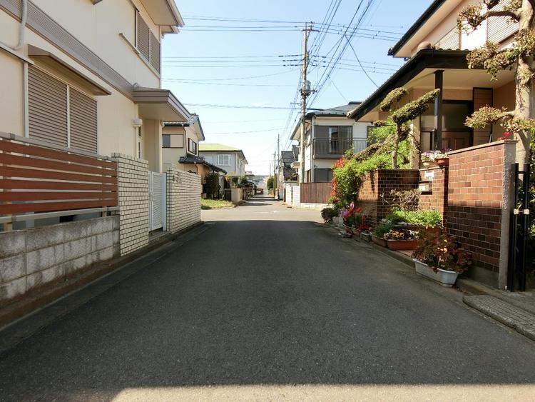 北東側、前面道路は約4m幅です。