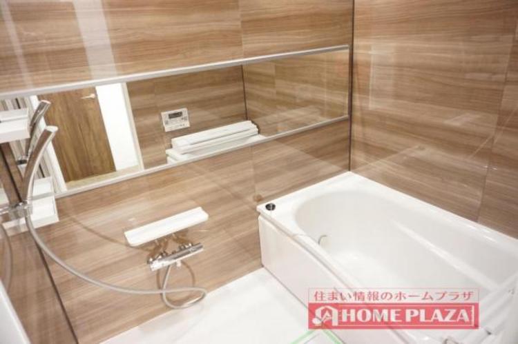 ワイドな鏡で空間を演出!高級感のある浴室となっております。