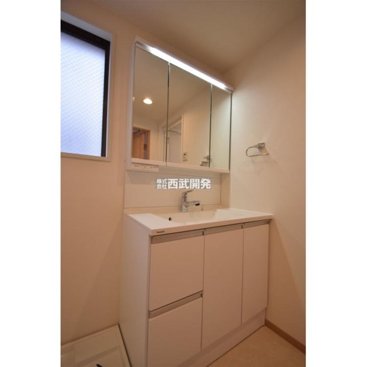 機能的な三面鏡付き洗面化粧台です。全収納型のミラーキャビネットで細かい物もいろいろ収納できます。