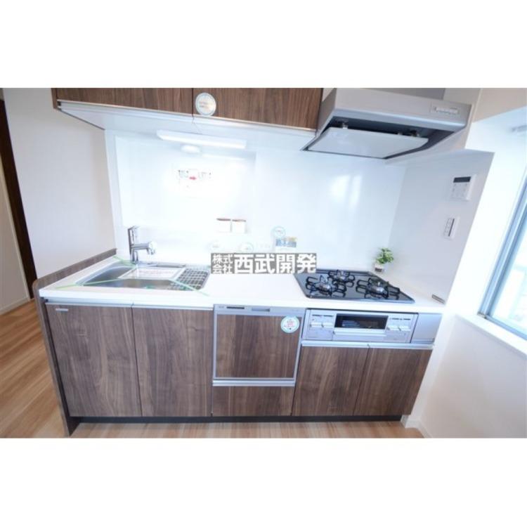 吊戸棚付きで収納力のあるシステムキッチン。出し入れが楽なスライドドアや浄水器一体型水栓、お手入れラクラクのキッチンパネル等充実の設備が揃っています。