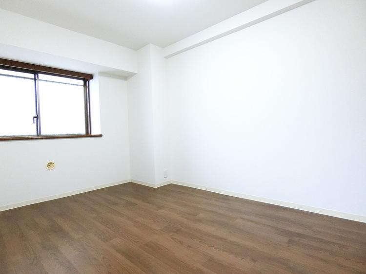 こちらは洋室です。主寝室にいかがでしょうか。