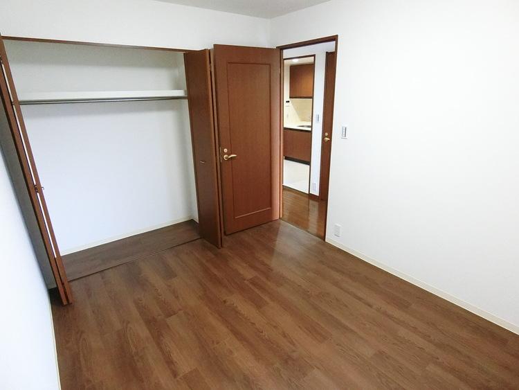 全居室に便利な収納がついております。お部屋がスッキリと片付きそうですね。
