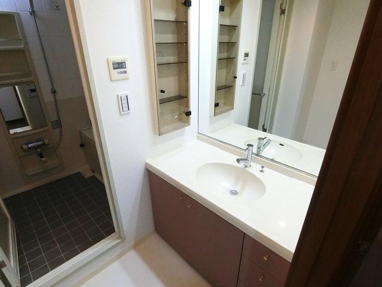 大きな鏡の洗面化粧台、収納も豊富です。