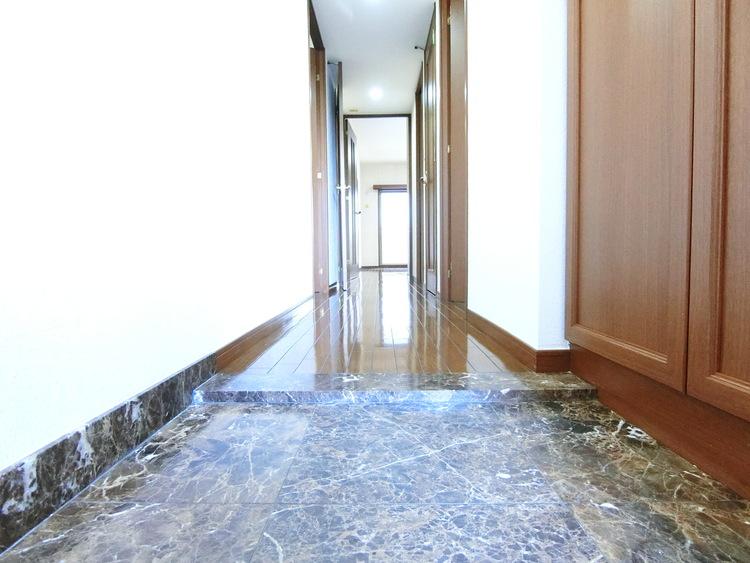 玄関からリビングへ続く廊下です。