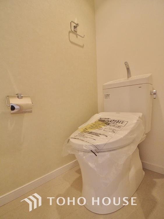「リフォーム済トイレ」清潔な印象のトイレにリフォーム済みです。もちろん温水洗浄便座付きで機能性も兼ね備えています。