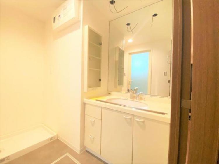 洗面(改修中) 3面鏡、シャワーヘッド付のスタイリッシュな洗面台