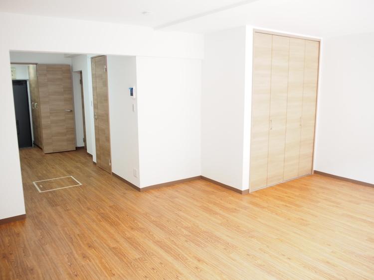 リビングにクローゼットがございますので、お部屋がすっきり片付きますね。