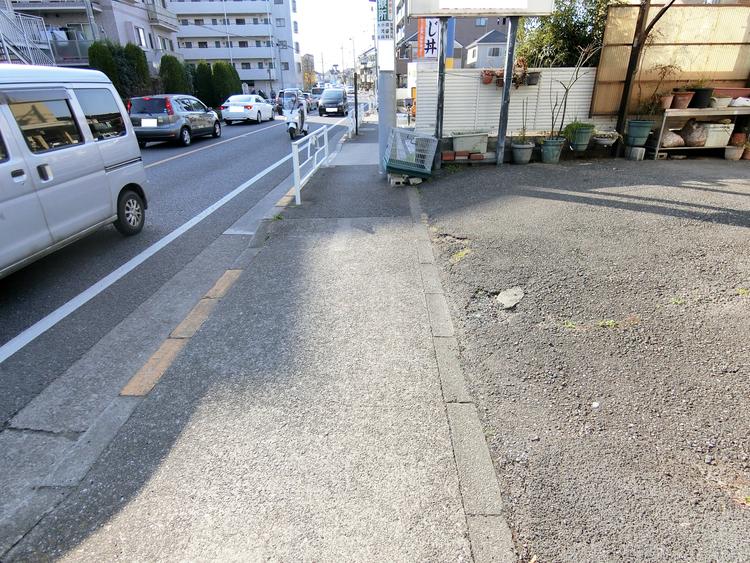 前面道路です。南道路で日当たりも期待できますね。歩道もございます。