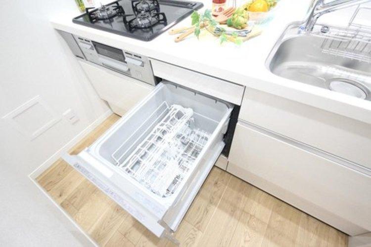食器洗いのわずらわしさから開放してくれる嬉しい設備。後片付けの手間を減らし奥様の時間を有効活用できます。お湯と洗剤を使う機会が少なくなるため、手荒れ防止にも。