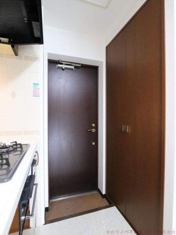 キッチンの後ろには食品庫として使える大きめの収納♪奥には玄関ポーチにつながるお勝手口があり、ゴミ箱をポーチへ置くこともできます。