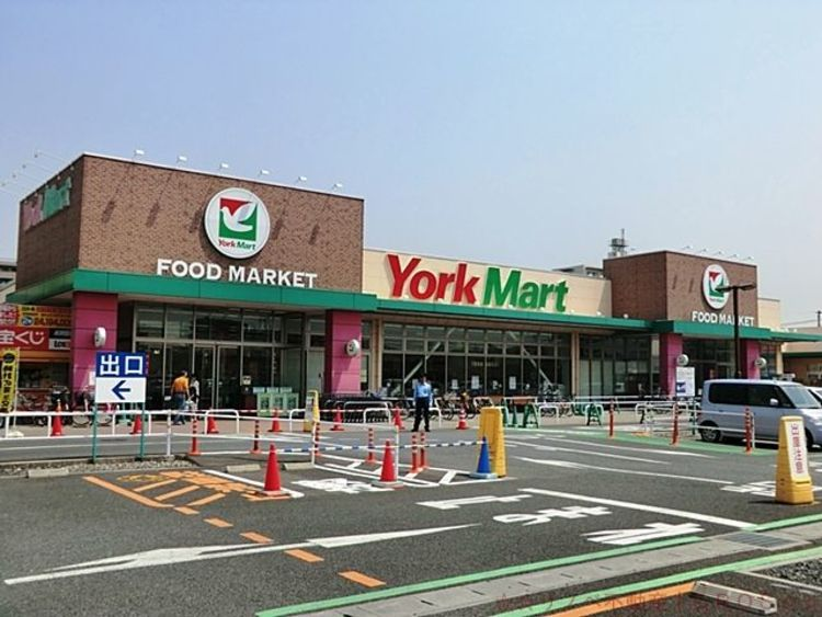 モールプラザ 徒歩14分。ヨークマート、セイムス、ダイソー、ABCマート、クリーニング、手芸センター等生活便利な店舗が揃うショッピングモールです。 1070m