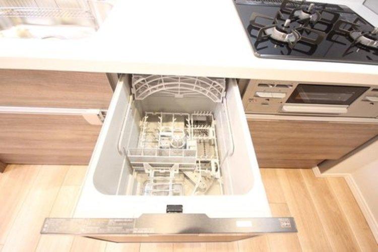 食器洗いのわずらわしさから開放してくれる嬉しい設備。後片付けの手間を減らし時間を有効活用できます。お湯と洗剤を使う機会が少なくなるため、手荒れ防止にも。