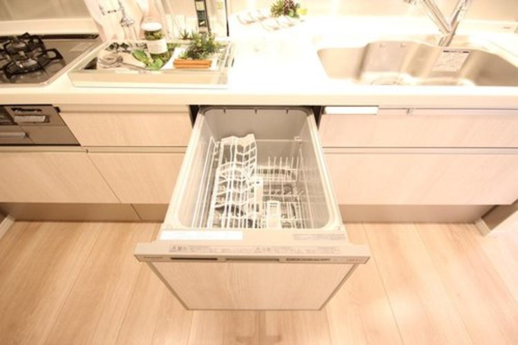 嬉しい食器洗い乾燥機を完備。後片付けの手間を減らし、時間を有効活用できます。