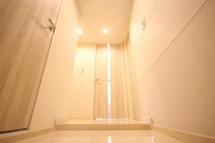 玄関を開けると、新規リフォームによって生まれ変わった空間が皆様を迎え入れます。部屋への期待感が高まる瞬間です。