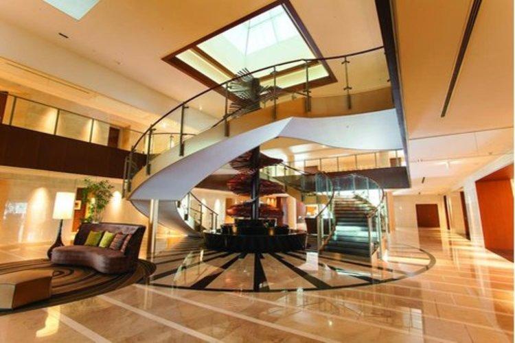 エントランスなどの共用部分は高級ホテル並みの豪華さ。ソフト面でもハード面でもワンランク上のホスピタリティを日々の生活に。