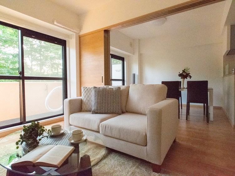 このようにソファーを置いても圧迫感がなく広々とお部屋を使うことができます。リビングとダイニングを分けて利用できるのはありがたいですね。