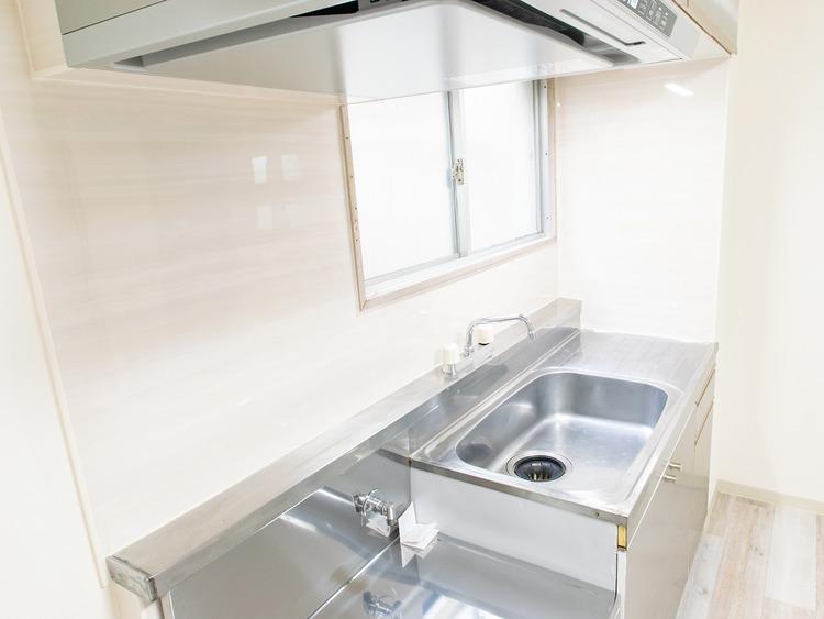 リビングダイニングにそのまま設置されている壁付キッチンは家族と同じ空間で談話をしながら料理をお楽しみいただけます。
