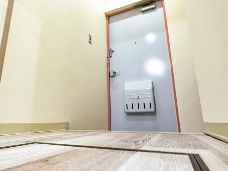一日の気持ちを切り替える玄関。廊下がないので扉を開けてすぐに家族とのあたたかな空間につつまれます。