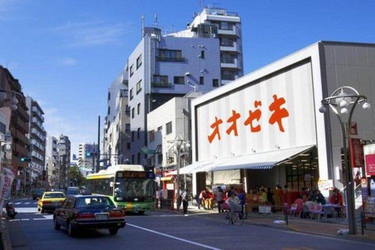 スーパーオオゼキ高田馬場店まで320m。地域に密着した経営で、生鮮食料品、一般食料品、酒類、日用雑貨など選りすぐりの商品を販売。