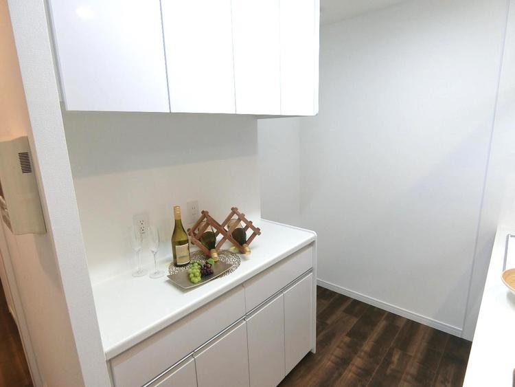 吊り戸棚付きのキッチンカウンターがございます。