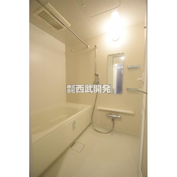 【浴室】お子様と一緒にバスタイムを楽しめる広々空間。一日の疲れを癒す心地よいバスタイムを実現します。