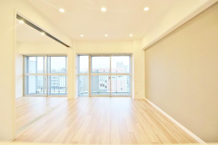 〜開放感のあるリビングダイニング〜 家族が集まるリビングはバルコニーを通じる大きな窓があり暖かな光が差し込む空間になっています。