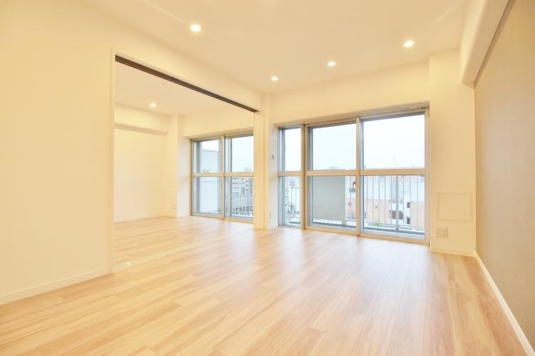 〜2WAY利用可能〜 2WAY利用ができるリビング隣接の洋室。スライドドアを開け放し大型リビングとしてもお使いいただけます。家族の成長、ライフスタイルにあわせてフレキシブルに。