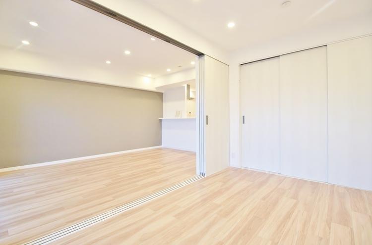 〜リビング横洋室〜 特に小さなお子様がいるとリビングと居室が続き間であることが人気です。生活の中心であるリビングと子供と過ごす空間がすぐそばにあるといつも目が届くものです。