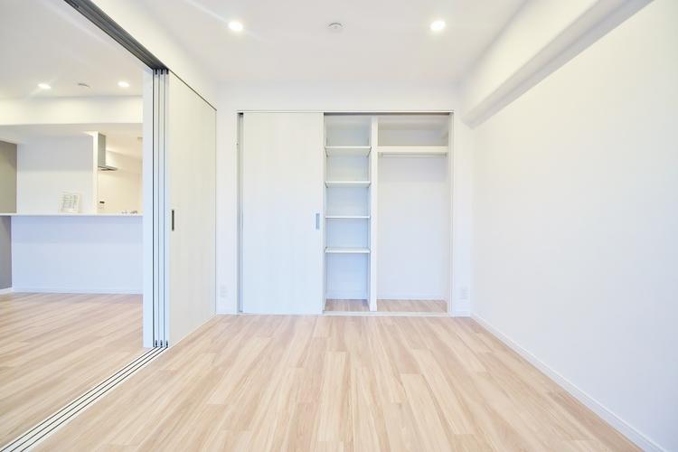 〜収納のある居室〜 全ての居室に収納を完備しています。普段のお洋服やかさばる荷物を収納スペースに片付けその分居室をしっかりと有効活用していただけます。