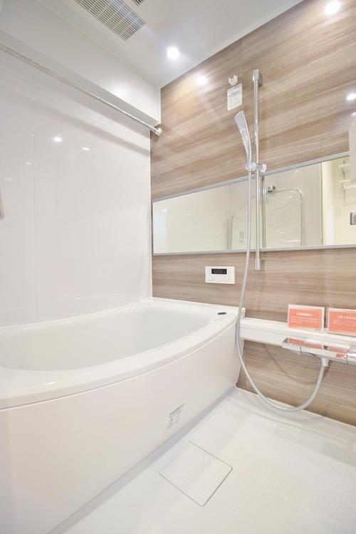 〜リフォーム済・浴室〜 ユニットバスを新しく入れ替えしております。もちろん追い炊き給湯器・浴室乾燥機付きで機能性にも優れた快適なバスルームになっています。