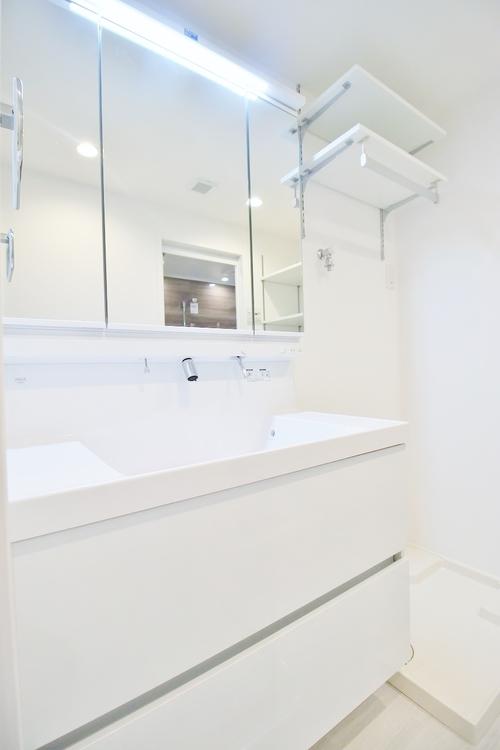 〜リフォーム済・洗面台〜 すっきりとした印象にリフォーム済の洗面台は機能的で収納も豊富。使い勝手良く朝の忙しい支度もスムーズに過ごせます。