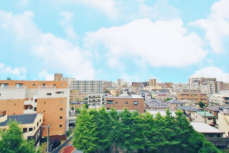 〜住宅からの眺望〜 バルコニーからの眺望は遠くまで見えて開放感がありついつい時を忘れて外を眺めてしまいそう。そんな景色をいつでも眺められることができるのは嬉しいですね。