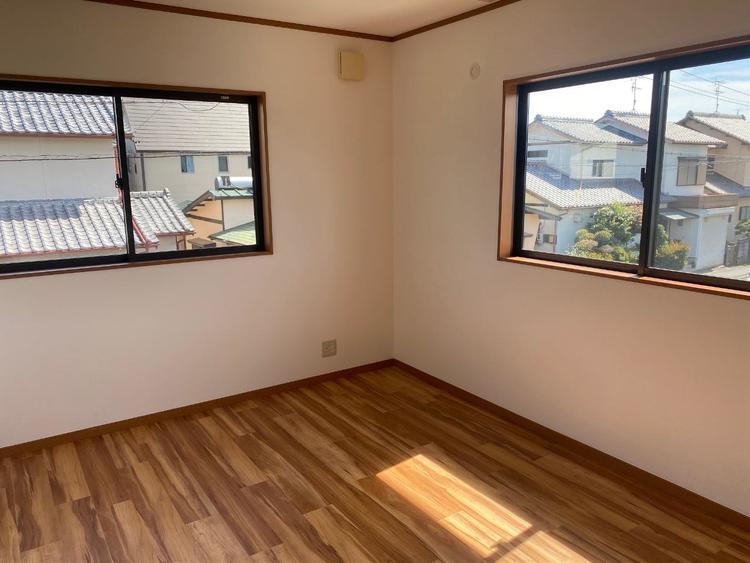約9帖の洋室です。2面採光で、明るいお部屋です。