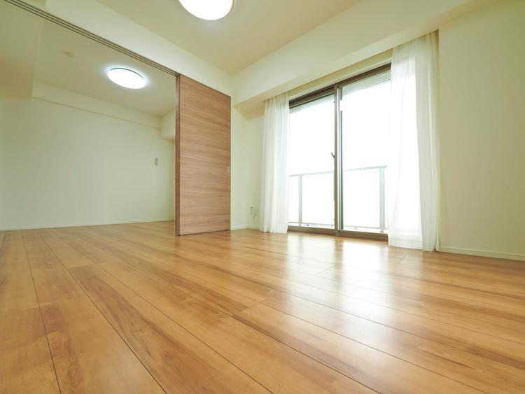 木のぬくもりが感じられるナチュラルな雰囲気に仕上がった室内。ふんだんに陽射しが注ぐ明るいリビングには家族が自然と集い笑顔に。